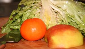 Salat und Obst für einen grünen Smoothie